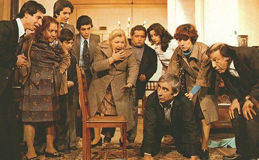 Ve ayrıca bilmeyenler için: Film de Ayşen Gruda'yı, Oya Başar seslendirmekteydi.