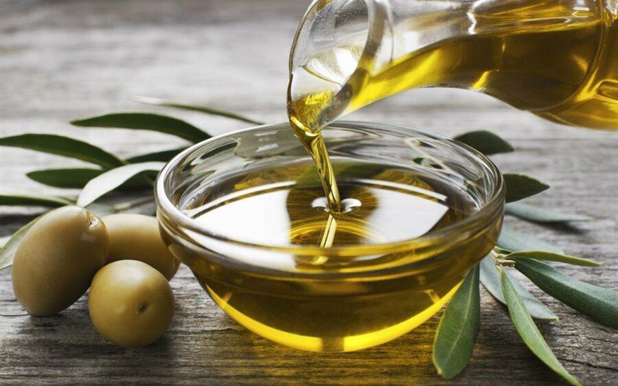 """""""Zeytinyağı"""" 72 saat dinç tutar                                                                                                                                                                                                                                                                                                         Sahur sofrasında tuzlu yiyeceklerden uzak durmak gerektiğini belirten Karatay, zeytini bundan hariç tutuyor. Prof. Dr. Canan Karatay, sahurda tok tutan yiyecekler listesine zeytin ve zeytinyağının da mutlaka eklenmesi gerektiğini söylüyor. Karatay, """"Sahurda zeytin ve zeytinyağı yiyebilirsiniz. Yağın verdiği enerji sizi 72 saat götürür. Dinç tutar, başınız dönmez"""" açıklamasında bulundu."""