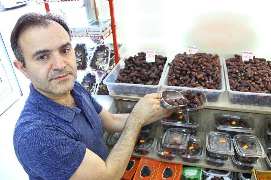 """""""Ramazan'da daha fazla tüketilmeli""""                                                                                                                                                     Balıkesir'in Edremit ilçesinde hizmet veren Tıbbi ve Aromatik Bitki Yetiştiriciliği Uzmanı Mehmet Özyürek, Ramazan'da hurmanın daha fazla tüketilmesi gerektiğini ifade etti."""