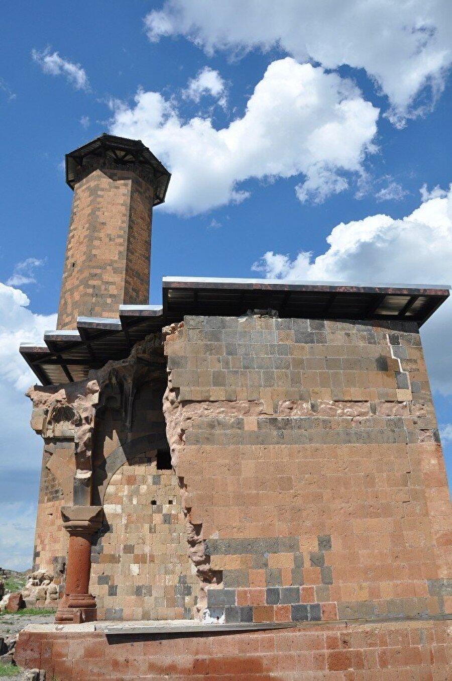 """""""Sivas Divriği'deki Ulu Cami'den, Diyarbakır'daki Ulu Cami'den daha önce olan bir Türk Camisidir""""                                                                                                                                                     Sultan Alparslan'ın Anı'yı fethinden sonra 1064 tarihinde geldiğinde ilk cuma namazının kılındığı yer olarak belirtildiği caminin burası olmadığını kaydeden Kop, """"Burada Meryem Ana Katedral olarak bilinen büyük bir kilise var. Sonradan Fethiye Camisi olarak değiştirilmiştir. Herkesin de takdiridir. Birden fazla farklı dine mensup ibadethaneden en büyüğü camiye çevrilir. Fethedildiği için de buna Fethiye denir. Kars'ta iki tane vardır. Biri şehir merkezinde, biriside burada. Meryem Ana Katedrali olarak bilinen Fethiye Camii hemen bu Ebul Menuçehr Camisi'nin tam arkasına düşmektedir. Orada namaz kılınmıştır. İlk namaz kılınan yer burası değildir. Buranın özelliği tekrarlıyorum. Anadolu'daki ilk Türk camisidir. Gerek Sivas Divriği'deki Ulu Cami'den, gerek Diyarbakır'daki Ulu Cami'den daha önce olan bir Türk Camisidir. Yıl 1072 bunu belirtmekte fayda var"""" dedi."""