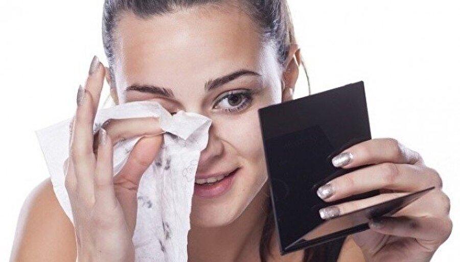 İçerisindeki sıvıya dikkat!                                      Kalitesiz ıslak mendillerin içeriğinde bulunan sıvı, bakterilerle birlikte nefes alan derimize yapışarak nefes almasını önleyebiliyor.