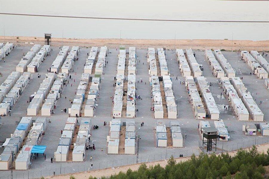 Dünyada en fazla mülteci, 2 milyon 900 bin kişiye kucak açan Türkiye'de.                                                                                                                Dünyada en fazla mülteciye sahip olan ülkeler;Türkiye: 2 milyon 900 bin Pakistan: 1 milyon 400 binLübnan: 1 milyon İran: 979 bin 400Etiyopya: 940 bin 800Ürdün: 791 bin 600