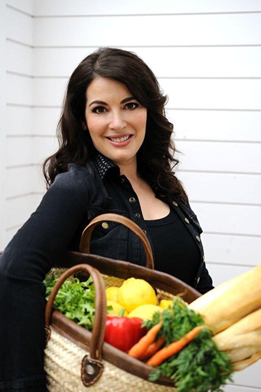 Nigella Lawson, İtalyan mutfağına son derece hakim. Ancak Lawson, İtalyan yemeklerini yaparken mutlaka bu tariflere kendi yorumunu katıyor.