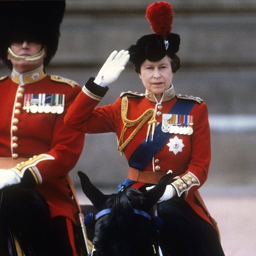 Gaz lambalarıyla arama yapılacak                                      Törende Kraliçe Elizabeth'in güvenliği en üst düzeyde sağlanacak. Kraliyet askerleri, ellerinde gaz lambalarıyla Parlamento binasının mahzenlerine inerek patlayıcı arayacak.