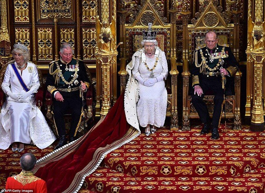Kraliçe konuşmasını yapacak                                      Devletin tarafsız başı olarak görülen Kraliçe'nin yapacağı konuşma aslında parlamento tarafından hazırlanıyor. Konuşmada herhangi bir hükümet politikası hakkında olumlu ya da olumsuz hiçbir ifade yer almamasına dikkat ediliyor.   Kraliçe'nin konuşmasının ardından ise yeni parlamento dönemi başlıyor.