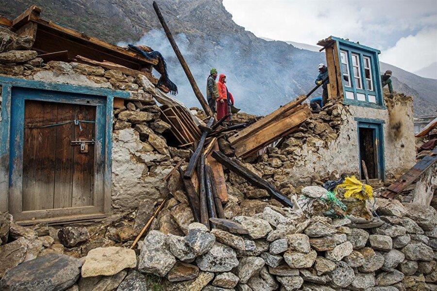 Nepal Depremi (2015) 25 Nisan 2015'te Nepal'in başkenti Katmandu'da meydana gelen depremin şiddeti 7,8'di. Ülke 1934'teki 8,1'lik depremin ardından ilk kez böylesi büyük bir felaketle karşı karşıya kalırken resmi kayıtlara göre yaklaşık 8.000 insan hayatını kaybetti, 20.000 insan da yaralandı.