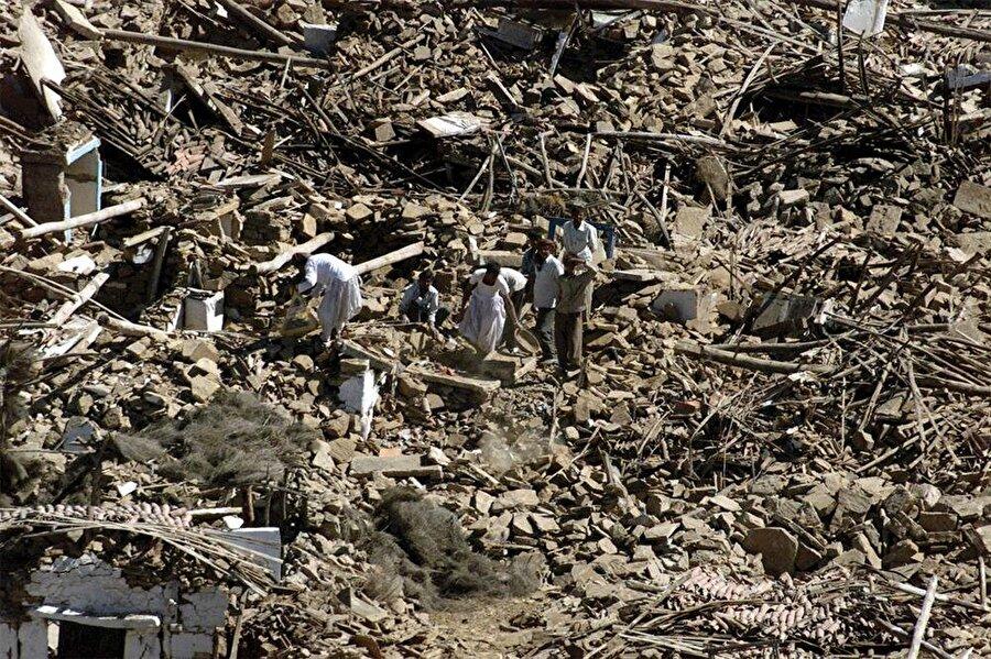 Gujarat Depremi / Hindistan (2001) Bu deprem 26 Ocak 2001'de Hindistan'ın 51. Cumhuriyet Bayramı kutlamaları sırasında gerçekleşti. 7,6 ile 7,7 arasında bir büyüklüğe sahip olan deprem 2 dakikadan fazla sürdü. 20.000 kişinin ölümüne, 167 bin kişinin yaralanmasına ve 400.000 evin kullanılamaz hala gelmesine neden oldu. Ayrıca 21 ilçenin etkilendiği 700 km'lik büyük şok dalgalarına yol açtı ve 600.000 kişi evsiz kaldı.