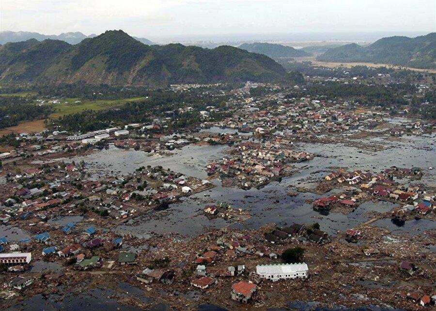 Hint Okyanusu Deprem ve Tsunamisi (2004) 26 Aralık 2004 günü Hint Okyanusu açıklarında meydana gelen 9,15 şiddetindeki deprem ve devamında meydana gelen tsunami. Yalnızca 10 saniye süren deprem, kıyı boyunca 200.000 ila 310.000 insanı öldüren bir tsunamiye neden oldu. Endonezya, Sri Lanka, Güney Hindistan ve Tayland'da büyük hasara neden olan felaket, merkez üssünden 8.000 mil uzakta, Güney Afrika'daki Port Elizabeth'de de can aldı.