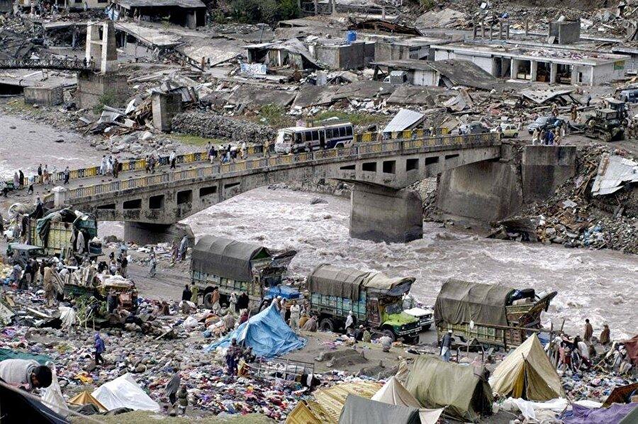 Pakistan Depremi (2005) 8 Ekim 2005'te meydana gelen depremin şiddeti 7,6 olarak kayıtlara geçmiş, merkez üssü ise Keşmir olmuştu. Sabahın erken saatlerinde meydana gelen deprem pek çok insanı uykuda yakalamıştı. Resmi kayıtlara öre 75.000 insanın hayatını kaybettiği depremde 106.000 kişi de yaralanmıştı.