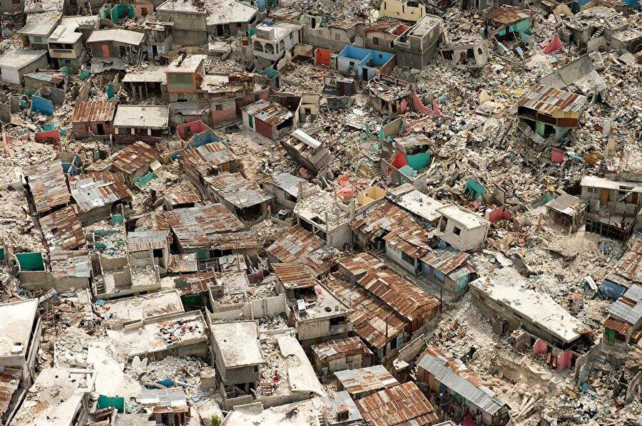Haiti Depremi (2010) 12 Ocak 2010'da Haiti'de meydana gelen 7 büyüklüğündeki depremde resmi rakamlara göre 316 bin kişi öldü, 300 bin kişi yaralandı. Haiti'nin güneyinin yerle bir olmasına neden olan bu büyük doğal felaket; 2 milyon kişiyi evsiz, 3 milyona yakın insanı da yardıma muhtaç bıraktı.