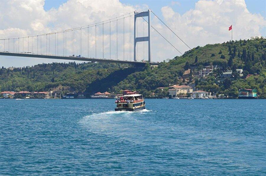 Boğaz turu                                                                                                                İstanbul'un masmavi denizine doya doya varmak istiyorsanız, rotanıza sahil kıyılarından başlayın. İlk durağınız Ortaköy sahili olabilir; oradan vapura binip boğaz gezişine de katılabilirsiniz. Kız kulesinde bir bardak çayın, Kanlıca'da verilecek yoğurt molasının ve vapurda martılar eşliğinde yenecek çıtır simidin tadını unutamayacağınızdan eminiz.