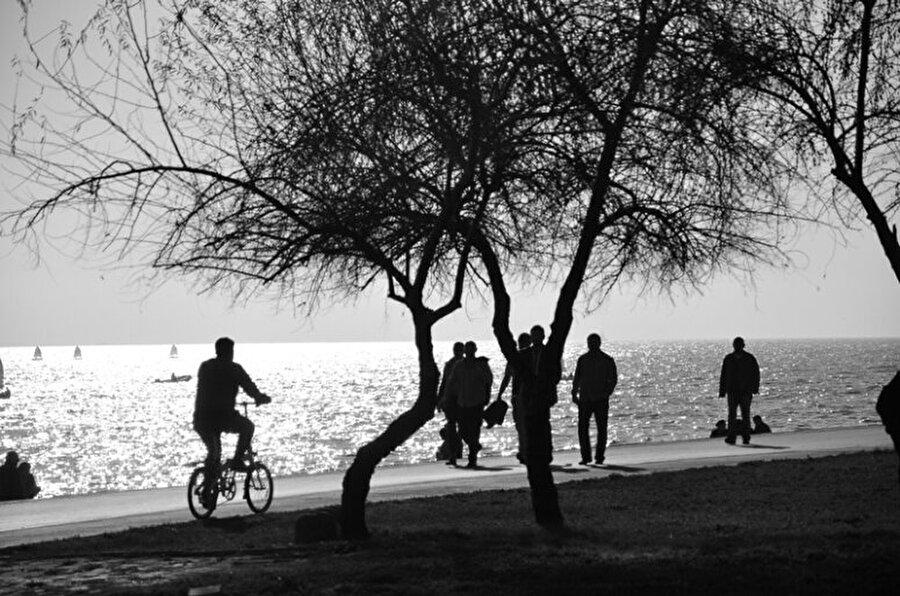 Sahil yürüyüşleri                                                                                                                Yapılacaklar listenize uzun yürüyüşler ekleyin; sahil yolu bunlardan en uygunu. Arnavutköy'den Rumelihisarı'na, Bostancı'dan Fenerbahçe'ye doya doya yürüyebileceğiniz bir temiz hava var. Arada mola verip Bebek'te bir fincan kahve de içebilirsiniz.