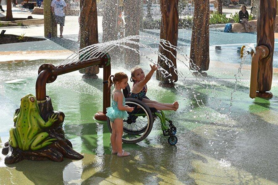 Parka giriş yapan tüm çocuklara elektronik bileklikler veriliyor. Bu sayede engelli çocuklar adım adım takip ediliyor.