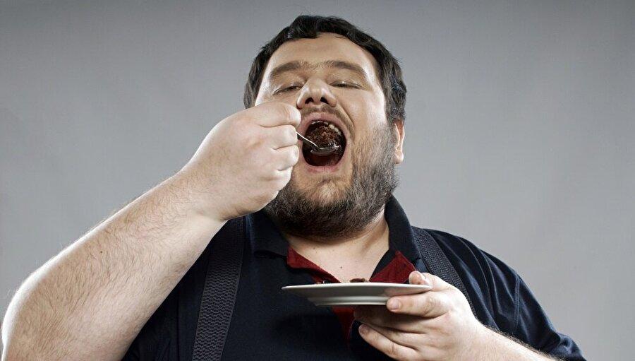 """""""Ağır yemek de kalp krizine neden olabilir""""                                      Kalp krizinin yetişkinlerdeki ani ölümün başlıca nedenlerinden biri olduğunu vurgulayan Özcan, """"Kalp krizinin risk faktörleri genel olarak hipertansiyon, yüksek kolesterol, şeker hastalığı, sigara içmek, ailede erken yaşta koroner kalp hastalığı görülmesi, şişmanlık, hareketsiz yaşam, kötü yaşam biçimi ve kötü beslenme alışkanlıklarıdır. Kalp krizi bazen ani ve bunaltıcı stres, ağır yemek, soğuğa maruz kalma sonrası oluşabileceği gibi aniden de ortaya çıkabilir. Kalp krizi geçiren hastanın en sık ve en önemli şikayeti göğüs ağrısıdır. Ağrı göğüs orta bölümünde yaygın, sıkıştırıcı, ağırlık hissi veya hazımsızlık tarzında, sol kola, çeneye, dişlere, omuza veya sırta vurabilen değişik şekillerde olabilir. Genelde 20 dakikadan uzun sürer ve istirahat veya dilaltı ilaçlar ile geçmez. Fakat, özellikle yaşlılarda, şeker hastalarında ve nöropatik hastalarda bu ağrı hissedilmeyebilir. Ayrıca göğüs ağrısı ile birlikte veya tek başına ölüm korkusu, nefes darlığı, bayılma, baş dönmesi, bulantısı ve kusma eşlik edebileceği unutulmamalıdır"""" dedi.Özcan, vatandaşların her türlü hastalıktan korunmak için öncelikle sigara kullanımını bitirmesi gerektiğini sözlerine ekledi."""