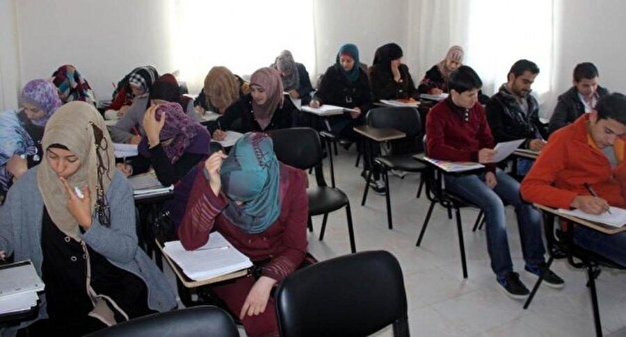 YALAN: Suriyeliler istediği üniversiteye sınavsız ve ücretsiz giriyor Suriyeli göçmenler diğer yabancı uyruklu öğrenciler gibi belli şartlar kapsamında üniversitelerimizde eğitim alabiliyor. Yabancılar ilk önce geldiği ülkedeki üniversite ile denklik sağlanacak ve böylece yatay geçiş yapacak. Bu durum tabi ki Suriyeliler için de geçerli.