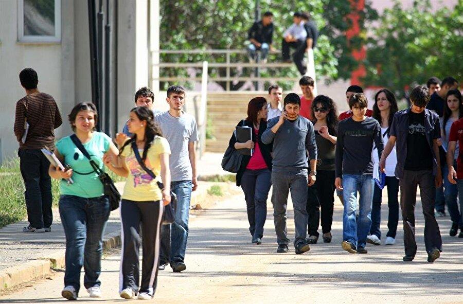 """YALAN: Devlet Suriyeli öğrencilerin tamamına bütçeden burs veriyor Türkiye Cumhuriyeti olarak öğrencilere """"Türkiye Bursları"""" üzerinden burs veriliyor. Öğrenciler bu bursu hak etmek için belli şartları karşılamak zorunda.  Diğer yabancı uyruklular gibi bu kriterleri sağlayan bazı Suriyeli öğrenciler de var."""