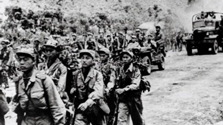 Savaş öncesi gerilimler başladı İkinci dünya savaşı sonrası 1945 yılında yapılan antlaşma neticesinde Kore ikiye ayrıldı. Bir bölümü Rusya'nın etkisinde Kuzey Kore olarak yönetilirken, diğer bölüm Güney Kore adıyla Batı ülkelerinin etkisinde bir hükümetle yönetilmeye başlandı.