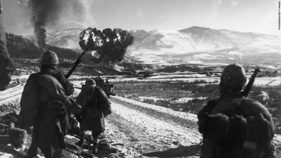 """Kuzey Kore'nin Güney'e saldırmasıyla """"iç savaş"""" başladı Rusya etkisindeki Kuzey Kore belirlenen sınırı aşarak Güney'i işgal etmeye başladı. Birleşmiş Milletler(BM) Güney Kore'ye askeri yardım yapma kararı aldı. Güney Kore'nin işgali neticesinde içerisinde Türkiye'nin de bulunduğu ülkelerin askerleri savaşın olduğu bölgeye gönderildi."""