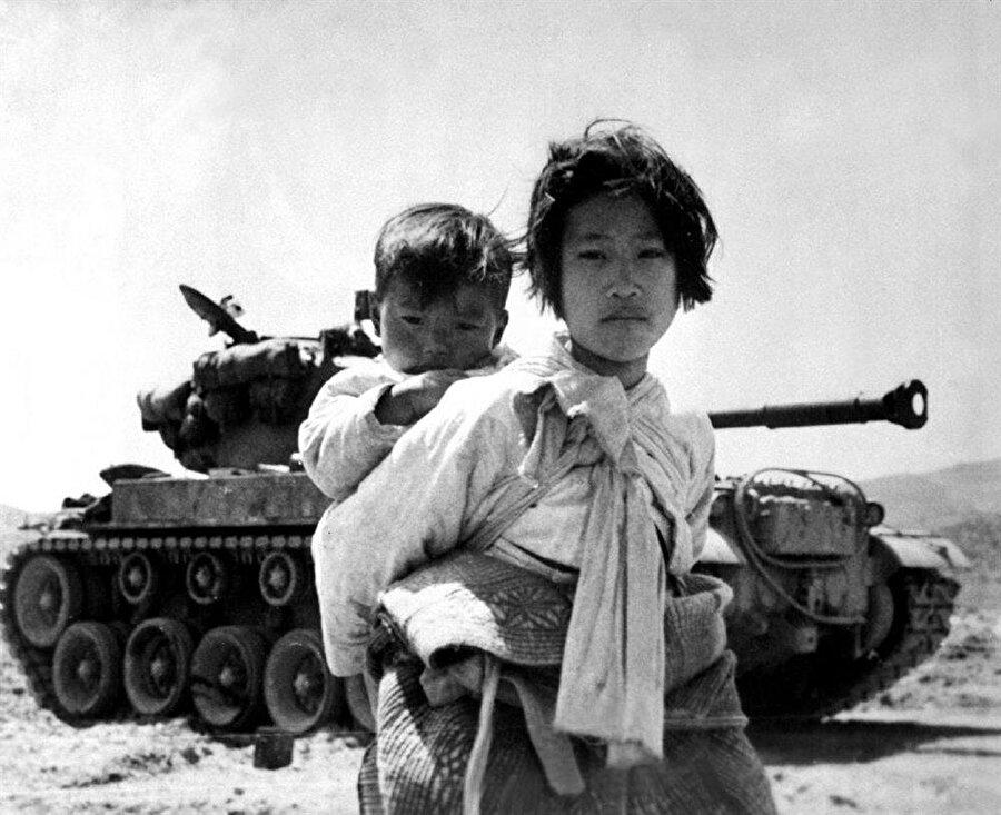 Kore savaşı sonucunda sınırlar değişmedi ama geride birçok insanlık dramı bıraktı. Savaş boyunca 3 milyon insan hayatını kaybetti. Birçok çocuk yetim ve öksüz kaldı. Sovyet bloğunun dağılmasıyla beraber yalnızlaşan Kuzey Kore ile ABD arasındaki çatışmalar sürekli devam etti.