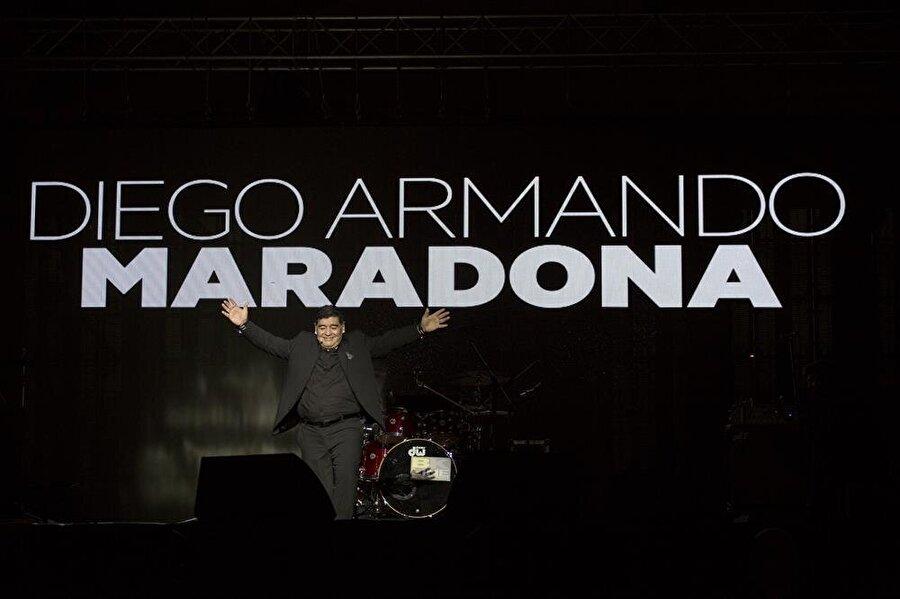 """Meydandaki kutlamada binlerce Napolili ile buluştu Belediyedeki törenin ardından Maradona, tarihi kent merkezindeki Plebiscito Meydanı'nda yaklaşık 10 bin kişinin katılımıyla kendisi adına gerçekleştirilen kutlamaya katıldı.Taraftarların büyük sevgi gösterisinde bulunduğu eski 10 numara, """"Zıplamayan Juventuslu olsun"""" tezahüratına da eşlik etti.Diego Armando Maradona, formasını giydiği 8 yıla yakın sürede Napoli ile çıktığı 188 maçta 81 gol atmış ve mavi-beyazlı ekibe bir UEFA Kupası, iki Serie A şampiyonluğu, bir İtalya Kupası ve bir de İtalya Süper Kupası kazandırarak adını kulüp tarihine altın harflerle yazdırmıştı."""
