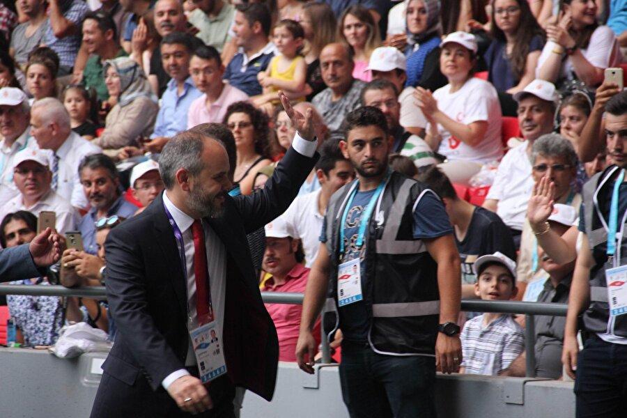 Açılış öncesinde Gençlik ve Spor Bakanı Akif Çağatay Kılıç, katılımcıları ve stadı dolduran vatandaşları selamladı.