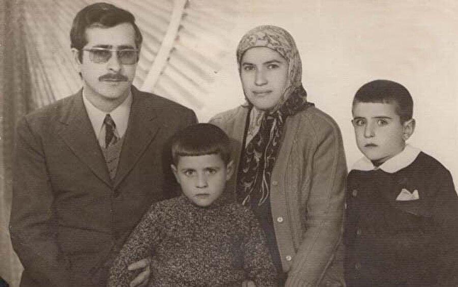 Tıpkı Cumhurbaşkanı Recep Tayyip Erdoğan gibi aslen Rizeli, ancak Kasımpaşa'da doğup büyüyen bir siyaset adamı olarak dikkat çekiyor.