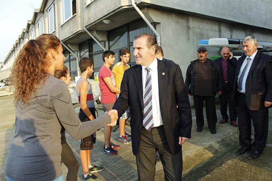 Osman Aşkın Bak, 90'lı yıllarda geçirdiği trafik kazasında yaralanan Cumhurbaşkanı Tayyip Erdoğan'ın başında serumunu tutan isimdi.