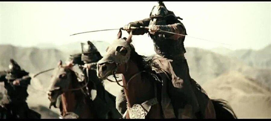 """Ölümün gölgesi İran ve Kafkaslarda! Cengiz Han'ın Moğollardan kaçan Harezmşah hükümdarı Sultan Muhammed'i yakalamakla görevlendirdiği birlikler kuzey istikametinde İran ve Azerbaycan üzerinden Kafkasya'ya giderken geçtikleri bölgeleri yangın yerine çevirmişlerdi. Mazenderân halkını kılıçtan geçirip şehri ateşe vermiş, Rey'in bütün erkeklerini katletmiş, halkının aman dileyip teslim olduğu Hemedan'da ölüm olup yeryüzüne yağmış ve Müslümanları """"adeta köklerini kazırcasına"""" öldürmüşlerdi. Düşmanlarıyla yaptıkları anlaşmalara sırt çevirmekte bir beis görmedikleri anlaşılan Moğollar, ekili arazileri atlarına çiğnetip kıtlığa mahkûm ettikleri Zencan ve Kavzîn'de de onbinlerce insana kıymışlardı.Güney Kafkasya'ya kadar ilerleyip Gürcüleri ağır bir hezimete uğrattılar. Tiflis'te -Aziz Quentin'in kayıtlarına göre- 7 bin kişiyi katlettiler. Derbent'te öldürdükleri binlerce insanın kulaklarını keserek sirke dolu kaplarda Cengiz Han'a gönderdiler. İbnü'l-Esîr'in dediğine bakılırsa Meraga'da, """"sayılamayacak kadar çok insan"""" öldürmüşlerdi. Fergana ve Ceyhun havalisi talan edildi. Erdebil harabeye çevrilirken Beylekan'da en şiddetli katliam örneklerinden biri yaşandı. Erkekler hemen öldürüldü, kadınlar ise tecavüzün ardından öldürülecekti. Hamile kadınların karınları yarıldı, ceninler kılıçtan geçirildi. Gence'de 30 bin kişinin canına kıyıldı. Talekan bölgesindeki Mansurkûh kalesi uzun süren bir kuşatmanın ardından ahşap kulelerden düzenlenen saldırılar sonucu ele geçirildi ve taş üstünde taş, omuz üstünde baş bırakılmadı."""