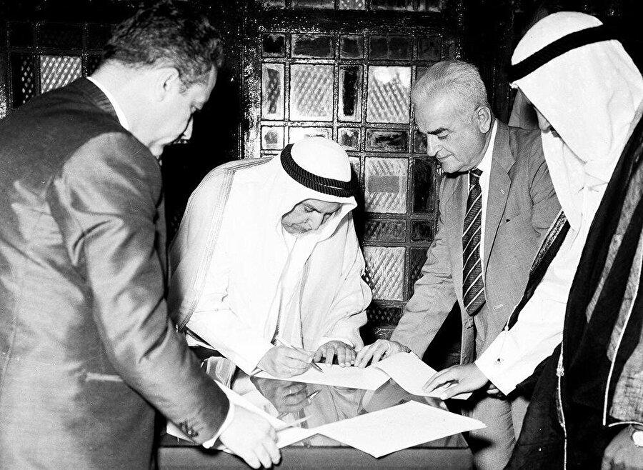 1961'de İngiltere'den bağımsızlığını kazanan Kuveyt, körfez ülkeleri arasından (İngiltere'den) bağımsızlığını kazanan ilk ülkedir.
