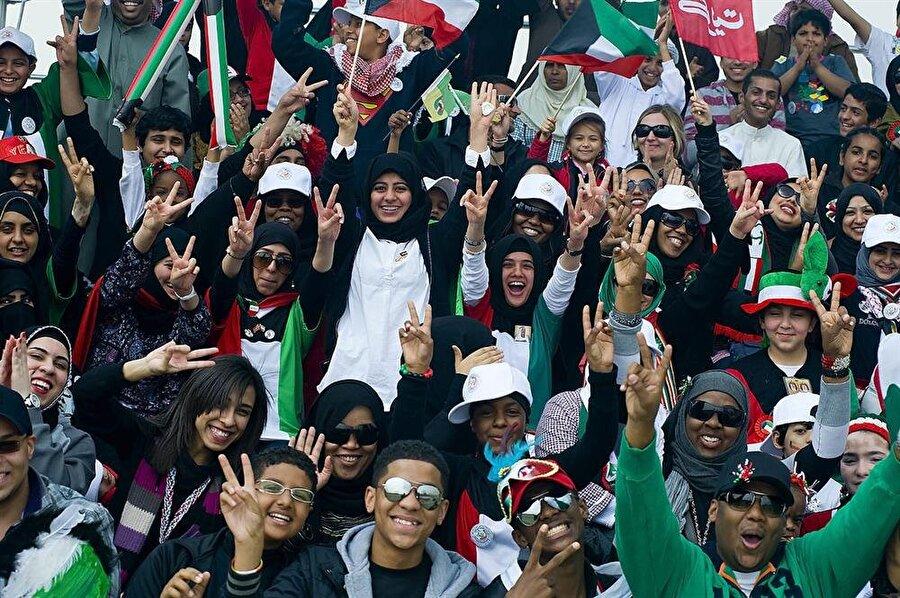 Başkenti ülkenin sahil kenti ve ülkenin adı ile aynı olan Kuveyt şehridir. 4 milyon 453 bin kişilik nüfusu bulunan ülkede, tıpkı Katar gibi çoğunluğu Kuveytli olmayanlar oluşturuyor.
