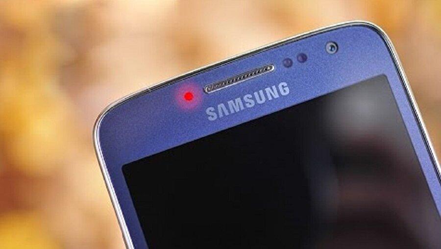 Samsung'lardaki kırmızı bildirim ışığı nedir?                                                                                                                 Samsung'lardaki diğer bir bildirim rengi ise kırmızı. Bu bildirim ışığı ise parlayan ve yanıp sönen şekilde kullanıcıların karşısına çıkıyor. Görevleri ise şöyle:Parlayan: Bir şarj cihazı bağlandığında ve şarj edildiği sırada yanar.Yanıp sönme: Bir şarj cihazı bağlı ama şarj edilmiyorsa yanar.