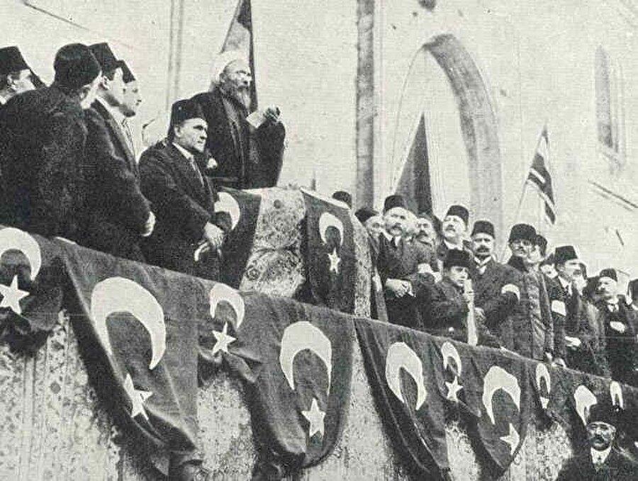 Zaferden 2 yıl sonra ilk kez, 1924 yılında Dumlupınar'ın küçük bir köyünde mütevazi bir tören ile kutlanan 30 Ağustos, 1926'dan itibaren 'Zafer Bayramı' olarak kutlanmaya başladı.