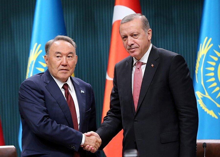 Cumhurbaşkanı Erdoğan'ın Kazakistan'daki temasları devam ediyor Cumhurbaşkanı Recep Tayyip Erdoğan, Kazakistan'da Bağımsızlık Sarayı Genel Kurul Salonu'nda aile fotoğrafı çekimiyle başlayacak İslam İşbirliği Teşkilatı Bilim ve Teknoloji Zirvesi açılış oturumuna katılacak. Erdoğan, Astana Deklarasyonu'nun kabul edilmesinin ardından Kazakistan tarafınca Devlet ve Hükümet Başkanları onuruna verilecek resmi öğle yemeğine katılacak.