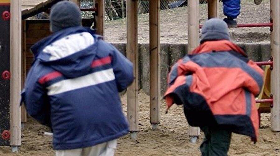 Tünel kazıp kaçtılar! Henüz 5 yaşında olan iki erkek çocuk, bahçesinde oynadıkları anaokulunda kumdan kale yapmak için kullandıkları oyuncak kürekleriyle tünel kazıp kaçtılar.