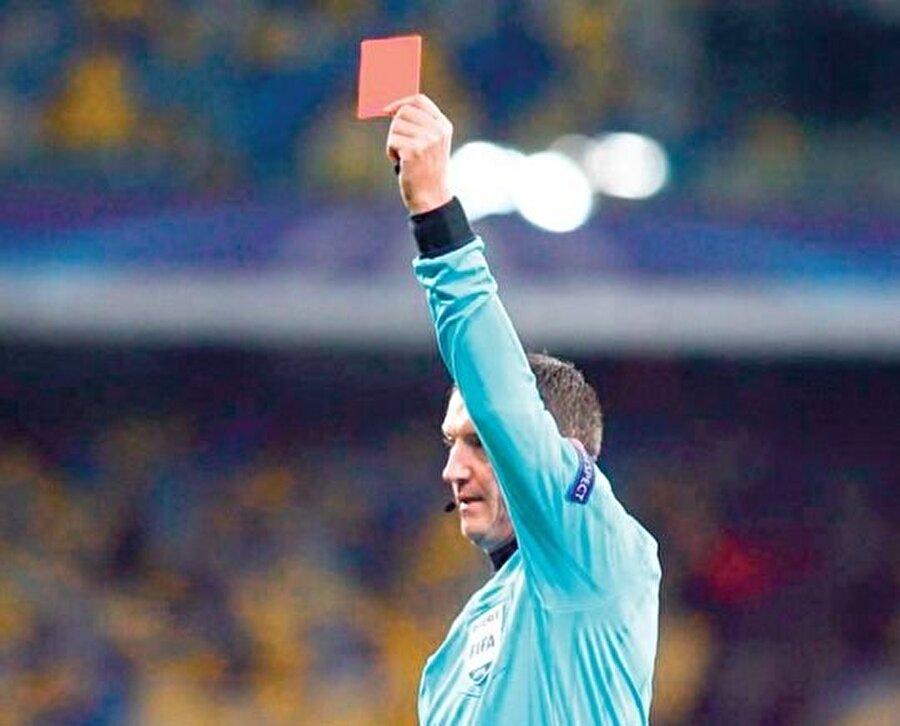 6 ARALIK 2016: DINAMO KIEV-BEŞİKTAŞ Ukrayna-Türkiye Beşiktaş'ın 1 puanla Şampiyonlar Ligi'ne devam edeceği maça İskoç hakem Craig Thomson damga vurdu. 30'da skandal bir penaltı verip kendisine faul yapılan pozisyonda Beck'i oyundan atan Thomson; Kiev'in ofsayt golünü geçerli sayıp, taç atışını engelleyen Kievli oyuncuya kart çıkarmadı ve kelimenin tam anlamıyla Kartal'ın önünü kesti.