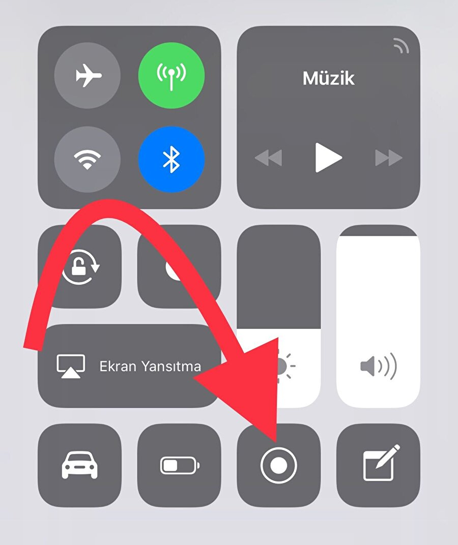 """iPhone'larda ekran kaydını başlatmak için ana menüde parmağı yukarı doğru kaydırıp Denetim Merkezi'ni açmak gerekiyor. Daha sonrasında listelenenler arasında """"ekran kaydı"""" seçeneğine dokunmak kaydı başlatmak için yeterli. Üçten geri sayımla birlikte kayıt başlıyor."""