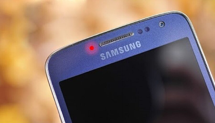 Samsung'lardaki kırmızı bildirim ışığı nedir?                                                                                                                                                                                          Samsung'larda kırmızı renkteki bildirim ışığı kullanıcıların karşısına iki şekilde çıkıyor. Bunlardan ilki parlayan, ikincisi ise yanıp sönme.Kırmızı renkteki LED eğer parlıyorsa telefonun şarj edildiği anlamına geliyor. Yani telefon bir güç kaynağına bağlandığında bu LED bildirim paneli kırmızı olarak yanar.Eğer kırmızı LED yanıp sönüyorsa telefonun şarj cihazına bağlı olduğu fakat şarj olmadığı anlamına geliyor.