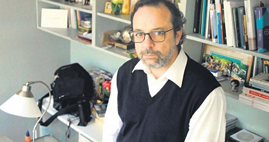 Başarılı bir yazar Semih Kaplanoğlu, 1984 yılında Dokuz Eylül Üniversitesi Güzel Sanatlar Fakültesi Sinema Televizyon Bölümü'nden mezun oldu. Kariyerine reklam yazarlığı ile başlayan Kaplanoğlu, devam eden süreçte ödüllü filmlerinin ve ekranın fenomen dizisi Şehnaz Tango'nun yazarlığını yaptı.