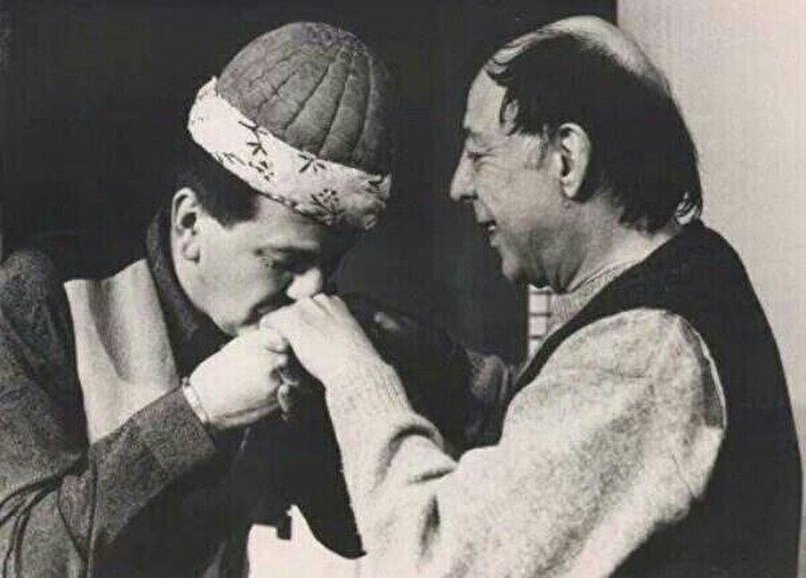 Naşit'in ölümüyle sessizliğe bürünen Özkul, tiyatroya ancak öğrencileri Ferhan Şensoy ve Rasim Öztekin aracılığıyla geri dönebilecekti.