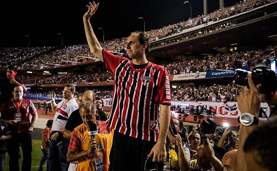 Rogerio Ceni ayrıca 100 gole ulaşan ilk ve tek kaleci unvanının da sahibidir.