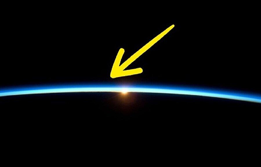 Dünyanın atmosferik sınırları vardır. Atmosfer katmanları, deniz seviyesinden 100 km yükseklikte kabul ediliyor. Üstelik bu bilgi Uluslararası Havacılık Federasyonu tarafından da onaylanmış durumda.
