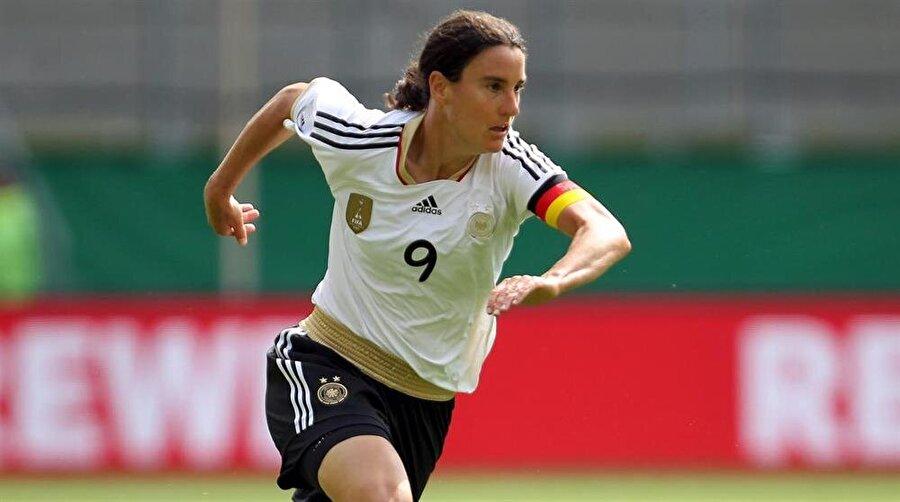 Yetenekleriyle göz dolduran Prinz, Almanya Kadın Milli Takımı kaptanlığına kadar yükseldi.