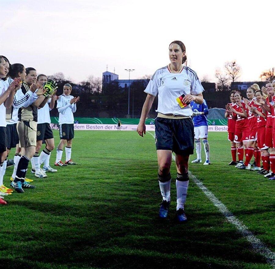2011 yılında Frankfurt formasıyla kariyerine nokta koyan Prinz, yeşil sahalardan fazlasıyla uzaklaşmak istemedi.