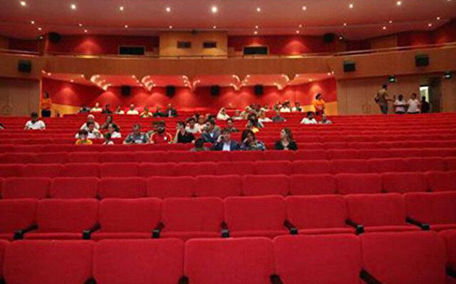 Salon boş kaldı! Bu yıl 54'üncüsü düzenlenen Uluslararası Antalya Film Festivali kapsamında gösterilen 'Kurtlar Vadisi Vatan' filmi, ücretsiz olmasına rağmen ilgi görmedi.