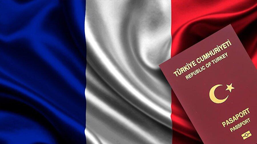 """Vizesiz seyahat özgürlüğüne ikinci darbe Fransa'dan geldi                                                                                                                                                                                          12 Eylül 1980 Kenan Evren darbesi sonrası Fransız hükümeti de, Almanya'yla aynı yolu seçerek vizesiz seyahati durdurdu.           Dönemin Fransa Başbakanı Raymond Barre, Avrupa Konseyi Parlamenter Meclisi (AKPM) üyesi Türk vekillere 30 Eylül 1980 tarihinde benzer bir cevap verecekti: """"Karar asayiş endişesinden kaynaklanmaktadır. Fransız hükümeti, bu kararla ilk olarak, komşu ülkelerde iş bulamayan kaçak işçilerin Fransa'ya gelerek yasadışı yollardan çalışmalarını engellemek istemiştir. Fransa'ya dışarıdan göç 1974'te askıya alınmıştır. İkinci olarak, Türkiye'de mevcut siyasi kargaşa döneminde kontrol edilemeyen unsurların Fransa'ya girerek, Paris'teki Türk elçiliği basın müşavirine yönelik son saldırı örneğinde olduğu gibi, terör faaliyetlerinde bulunmalarının veya geçen hafta Strasbourg'da Avrupa Konseyi önündeki türden gösterileri kışkırtmalarının engellenmesi amaçlanmaktadır."""""""