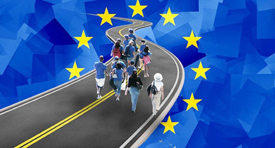 Türkiye'nin de içinde bulunduğu Avrupa Konseyi üyeleri tarihler 1957 yılını gösterdiğinde serbest dolaşım anlaşması imzaladı                                                                                                                                                                                          Avrupa'da vizesiz seyahat kavramı İkinci Dünya Savaşı sonrasında ayyuka çıktı. Türkiye'nin de 1949 yılında dahil olduğu Avrupa Konseyi, insanlar arasına bariyer koyan savaşın olumsuz etkilerini kırmak için üye devletlerin vatandaşlarının birbirlerini daha iyi tanıyıp anlamaları amacıyla vizesiz seyahat fikrinin zaruri olduğunu ortaya koydu.