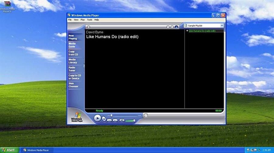 Windows Media Player 8: Bu uygulama sayesinde müziklerin ve videoların yönetimi söz konusu oldu. Üstelik CD ya da DVD oynatma işlemleri de bu program sayesinde mümkün hale geldi. Ek özellikler arasında ses CD'si oluşturma ve internet radyosu çalma gibi detaylar da yer alıyor.