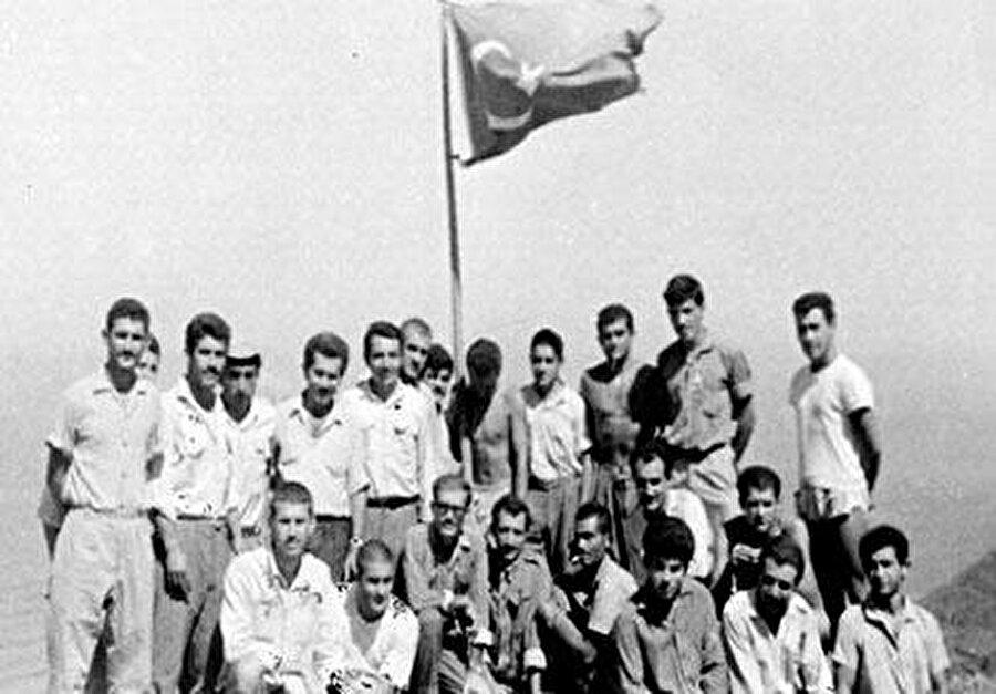 8 Ağustos günü Rumlar taarruza geçti. İki Türk uçağı uyarı uçuşu yapmasına rağmen Rumlar ilerlemeye, Erenköy'deki bir avuç genç ve köylü ise direnmeye devam etti.