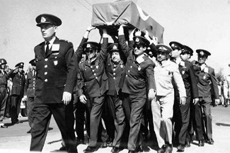 Türk savaş uçakları, ilerleyen Rum ve Yunan kuvvetlerine hava operasyonu düzenledi. Hava operasyonuna katılan yüzbaşı Cengiz Topel, uçağının düşmesi üzerine Rumlara esir düşerken. Cengiz Topel, ağır işkencelerden geçerek şehit edildi.