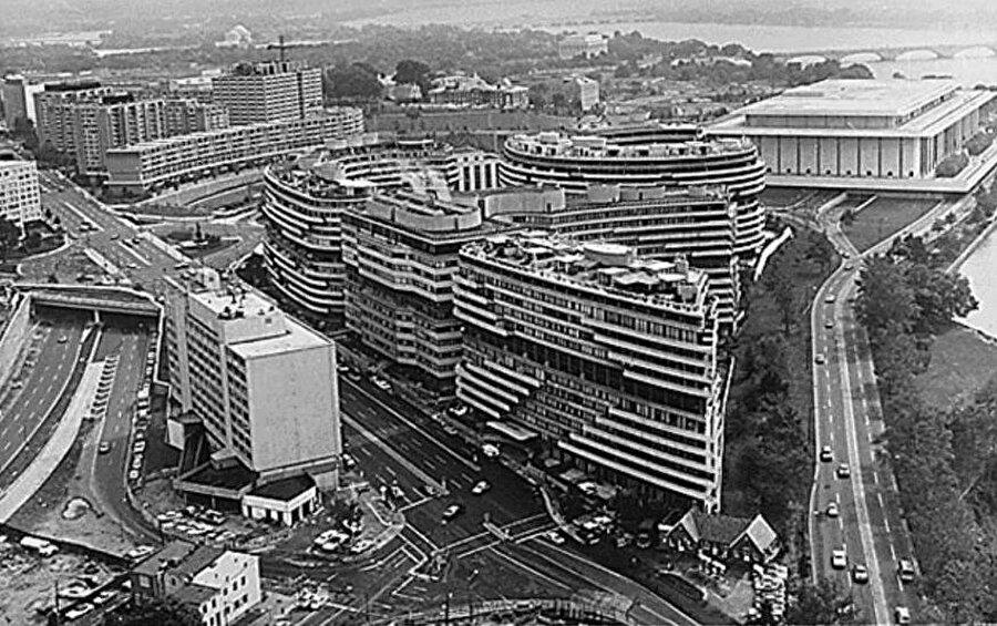 Watergate, ABD'nin başkenti Washington'da ofis ve konutlardan oluşan bir sitenin adından geliyor. Skandal, Haziran 1972'de Watergate sitesinde, Demokrat Parti'ye bağlı Demokratik Ulusal Komitesi'nin (DNC) ofislerine dinleme cihazı yerleştirmeye çalışan beş kişi yakalanmasıyla ayyuka çıktı.                                                                                                                                                                                                                                                                                                                                                                                                                                                                                                                                                                                                                                          Nixon'ın dinletmek istediği Demokrat Parti'ye bağlı DNC'nin bulunduğu Watergate sitesi